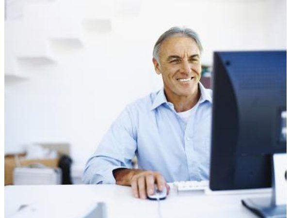 Hombre que investiga en el ordenador