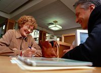 Los bancos podrían pedir que firme una garantía personal para un préstamo.