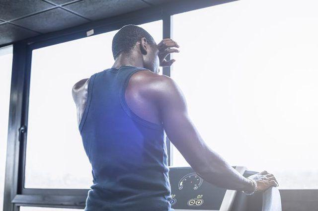De correr cuesta arriba es un entrenamiento HIIT extremadamente eficaz.