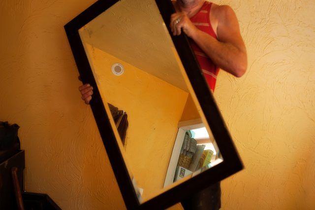 Cómo colgar un espejo de pared pesada
