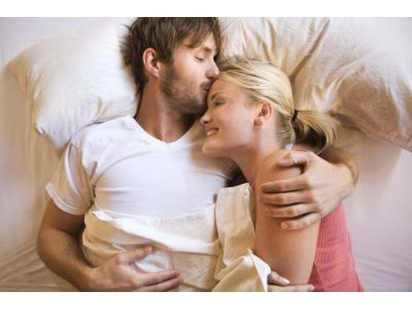 pareja en la cama junto