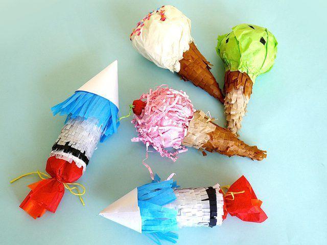 nave del cohete y el cono de helado de mini piñatas hacen favores de partido festivas.