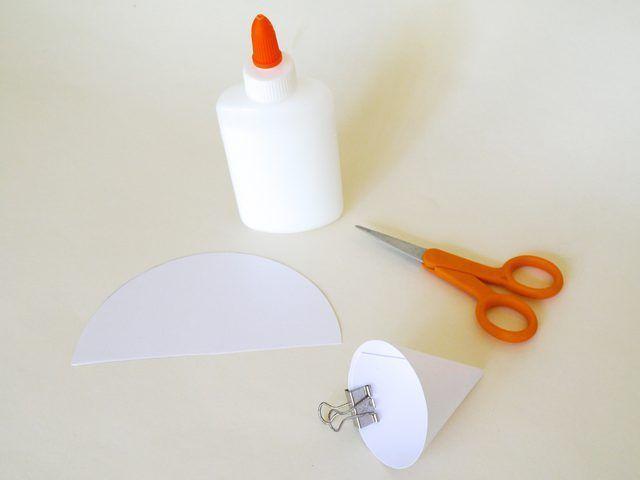 Cortar el círculo por la mitad y formar las mitades en conos.