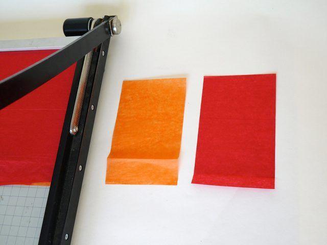 Recorte tejido rojo y naranja en 3-por-6 rectángulos pulgadas.