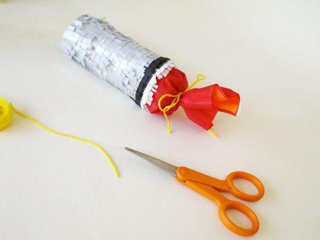 Atar el tejido con hilo de bordar.