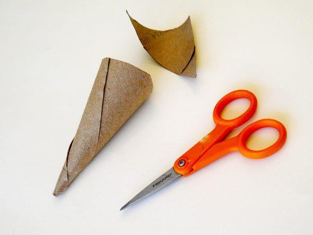 Crear una forma de cono a partir de un rollo de papel higiénico.