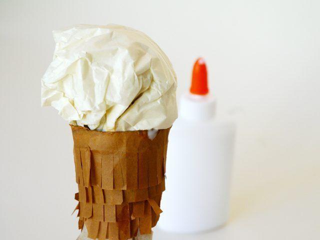 tejido cosas en la parte superior del cono para hacer el helado.