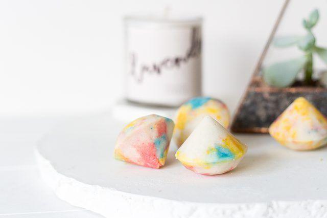Cómo hacer bombas de baño en forma de piedras preciosas-
