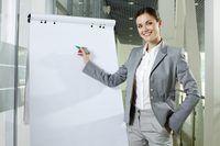 mujer de negocios a punto de hacer una presentación en el trabajo