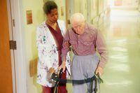CNA trabajan en una variedad de entornos, incluyendo hospitales, centros de enfermería y pacientes` homes.
