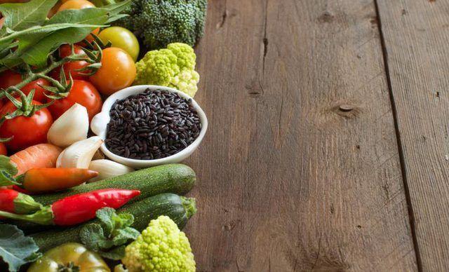 Combine el arroz negro-antioxidante repleto de nutrir verduras y limón para una cena de limpieza.