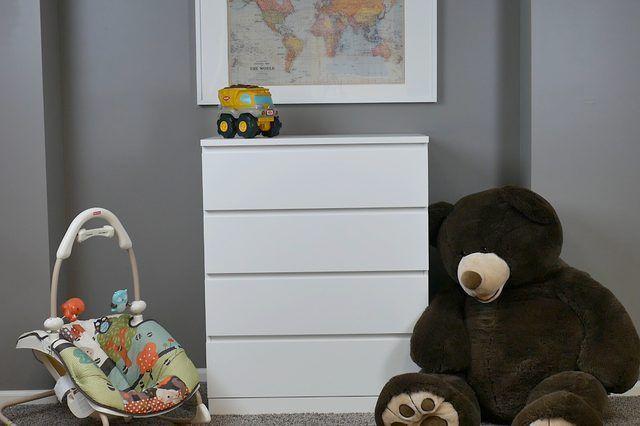 Cómo proteger un aparador a la pared para la prueba de niños