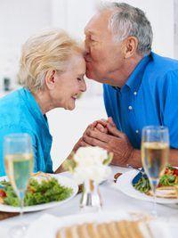 Los cuidadores proporcionan una amplia gama de servicios para la tercera edad.