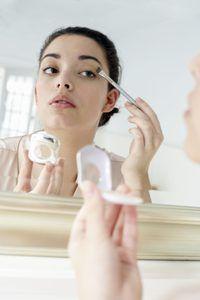 Una mujer está aplicando maquillaje.