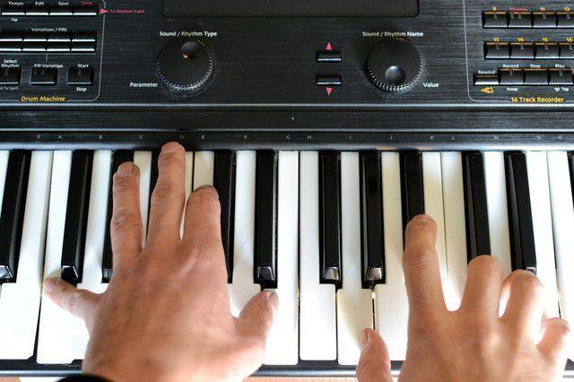 Cómo enseñar a sí mismo a tocar el piano o el teclado