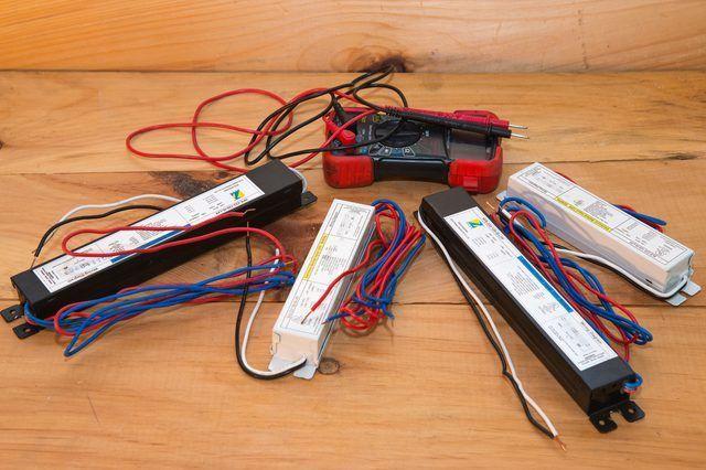 Como prueba de los balastos fluorescentes en accesorios ligeros