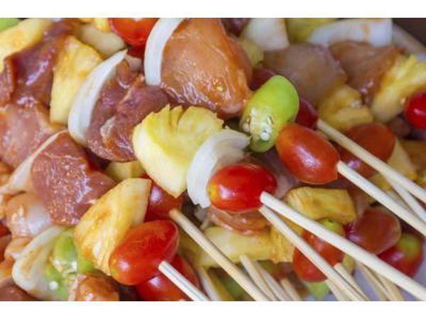 palitos de pollo preparados con piña, tomates y otras verduras.