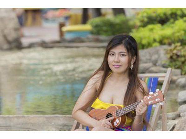 joven tocando el ukelele.