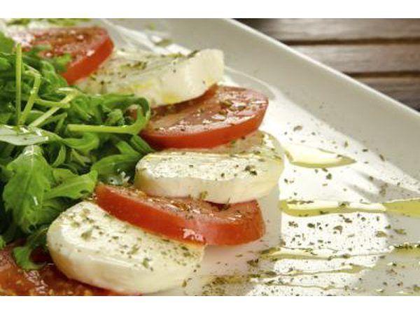 ensalada Caprese es fácil y deliciosa con unos pocos ingredientes simples.
