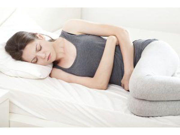 mujer con calambres menstruales