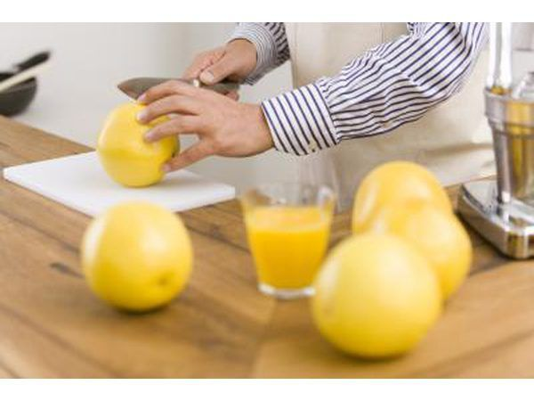 Cortar la fruta para el prensado.