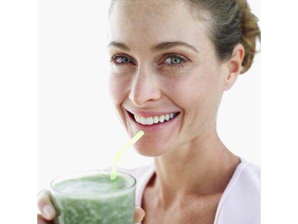 Mujer con el jugo verde.