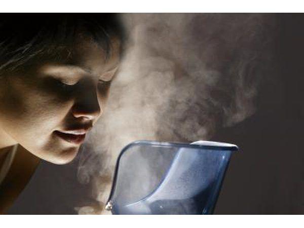 La inhalación de vapor puede ayudar a aclarar las obstrucciones en los conductos nasales.