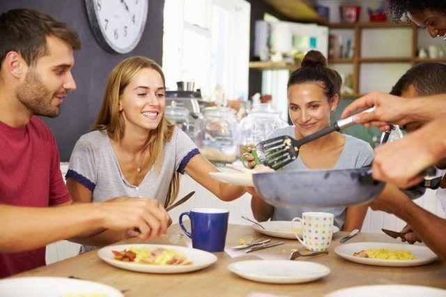 Grupo de amigos que el desayuno juntos