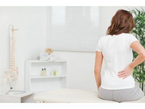 El dolor de espalda es el síntoma más común.