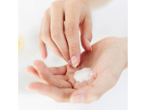 Mujer aplicar crema para el cuerpo