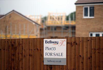 Un sitio de propiedad en venta en un barrio en desarrollo.