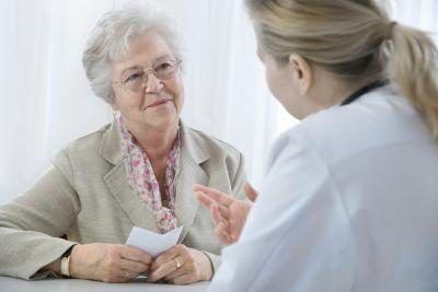 Mujer que habla con el doctor