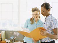 Dos mujeres de negocios que leen un archivo