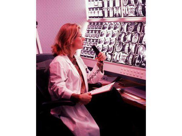Médico en busca de imágenes por resonancia magnética
