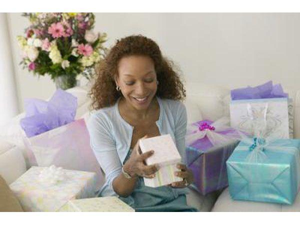 Una mujer abre los regalos.