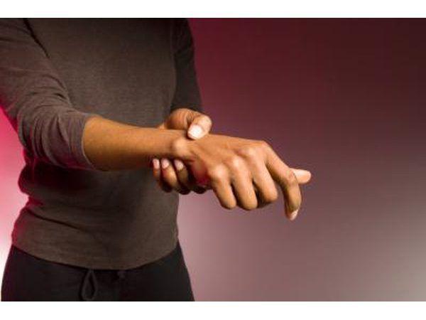 Algunos pacientes con EM también experimentan movimientos involuntarios en sus manos.