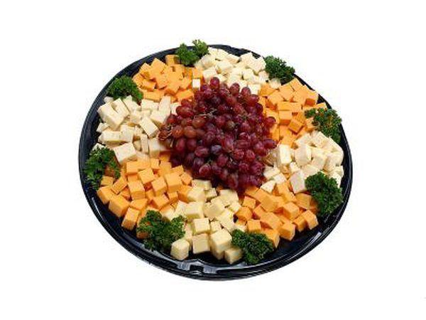 Servir a los cubos de queso.