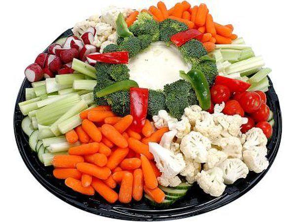Sirva una bandeja de vegetales.
