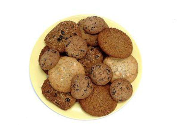 Servir las galletas recién horneados.