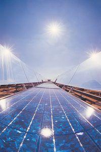 La producción de energía a partir de fuentes alternativas es un ejemplo de una práctica socialmente responsable.