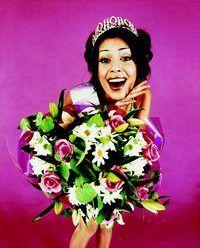 flores reales o sintéticas proporcionan un acento de primavera para un traje de desfile.