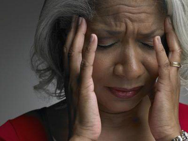 Mujer con un dolor de cabeza sinusal