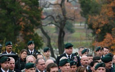 Fuerzas Especiales del Ejército de EE.UU. pasadas y presentes militares asisten a ceremonia de colocación de ofrenda floral en la tumba del presidente John Kennedy en el Cementerio Nacional de Arlington.