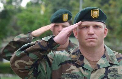 agentes de las fuerzas especiales de Estados Unidos saludan durante el himno estadounidense.