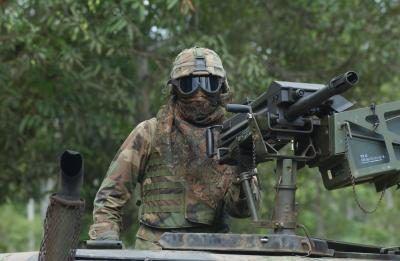 Fuerzas especiales de Estados Unidos soldado vigilando convoy de camiones en VMD