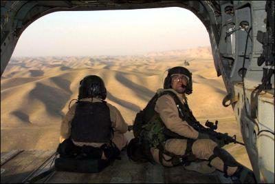 Las tropas con las fuerzas especiales de Estados Unidos dan a Afganistán desde un helicóptero Chinook.