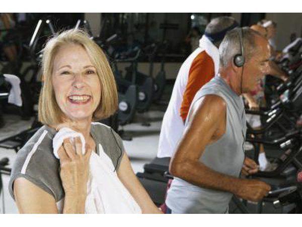 Una mujer madura que está terminando su entrenamiento en la cinta.