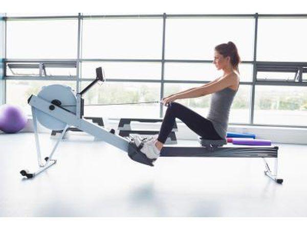 Una mujer está utilizando una máquina de remo en el gimnasio.