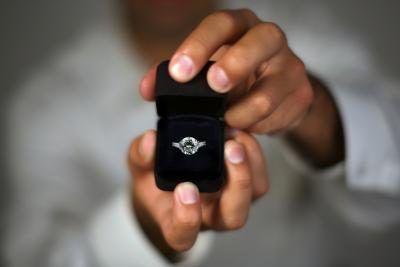 La diferencia entre un anillo de promesa y un anillo de compromiso