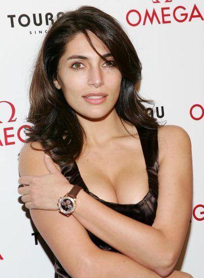 chica Bond lleva un reloj Omega Seamaster 300m Profesional
